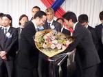 飯泉県知事から花束を受け取る美濃部監督