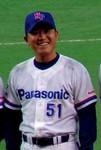 表彰式で笑顔を見せる元バファローズ投手の丸尾コーチ