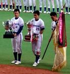 表彰式で優勝旗などを授与された松下電器の3選手