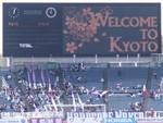 単色の電光掲示板に「WELCOME TO KYOTO」