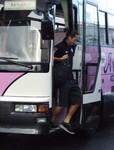 バスを降りるMF石田