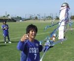 くす玉を割り、優勝杯を手にする松本キャプテン