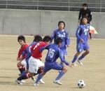 浦和の選手と競り合うヴォルティスMF倍味