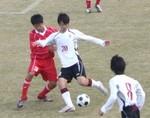 相手選手と競り合う神戸MF三輪