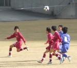 空中のボールを競り合う両チームの選手