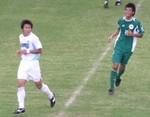 先制ゴールを決めた大阪体育大FW熊元(右)