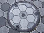 サッカーボール模様のマンホール