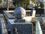 橋の欄干にもサッカーボール