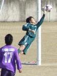 必死でゴールを守る愛媛のGK濱村