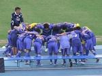 ベンチの前で円陣を組む吉野川の選手たち