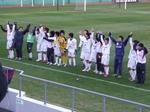 サポーターと喜びを分かち合う加古川の選手たち