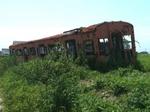 畑の中に放置された鉄道車両