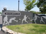 門の右側はサッカーのデザイン