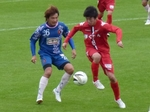 奈良MF矢部と北海道MF三浦の競り合い